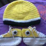Czapka i buciki dla niemowlaka z włóczki